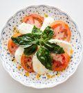 italiaanse caprese salade is een tomatensalade met mozarella