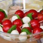 gezonde antipasti van tomaat en mozarella op sticks (1)