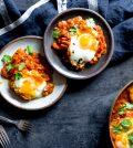 Vegetarische curry met spinazie en ei