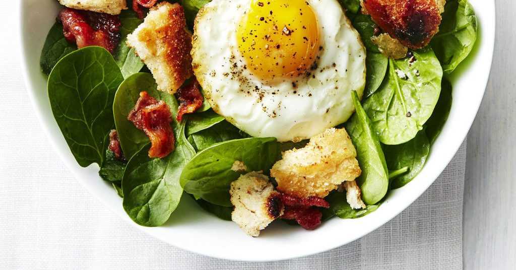 spek en ei ontbijt met koolhydraatarme croutons