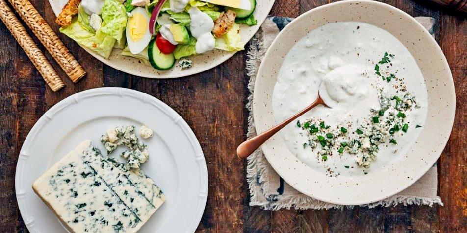 Blauwe kaas dressing is een heerlijke dip of saus
