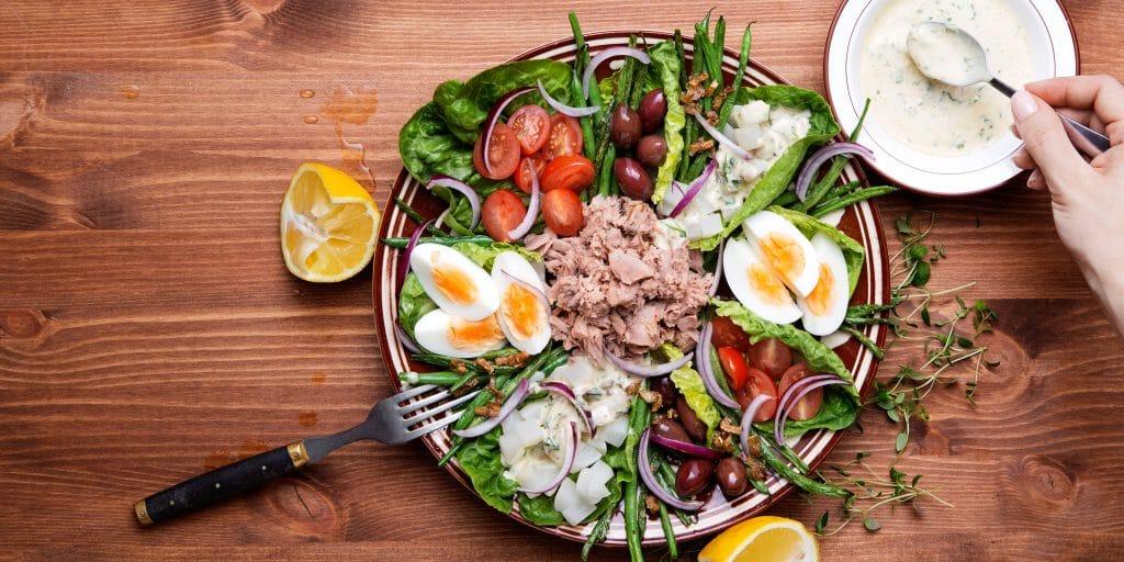 Deze salade nicoise met tonijn is zonder aardappel en koolhydraatarm