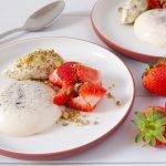 Panna cotta met aardbeien en slagroom met pistache noten is een perfect keto dessert